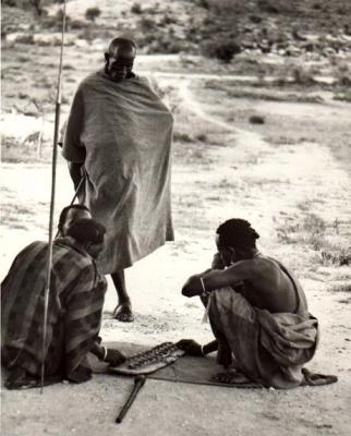 Samburus jugando al mancala en Kenia